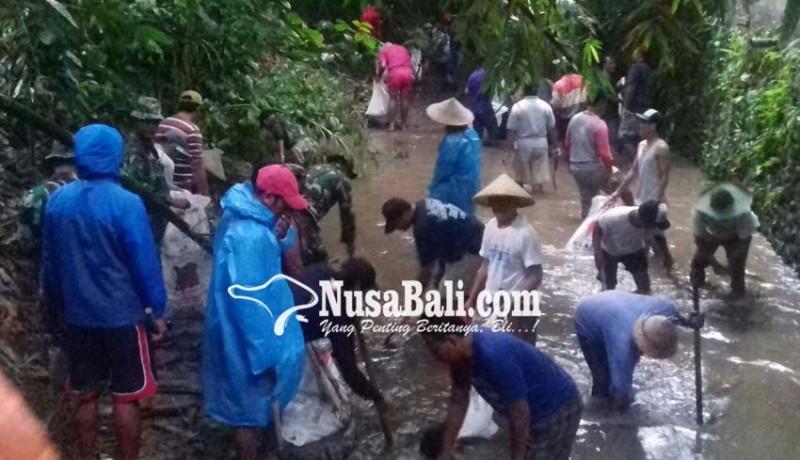 www.nusabali.com-tni-ad-antisipasi-banjir-di-padangtegal