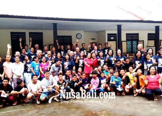 Nusabali.com - kunjungi-anak-panti-bantu-para-pengungsi-gunung-agung