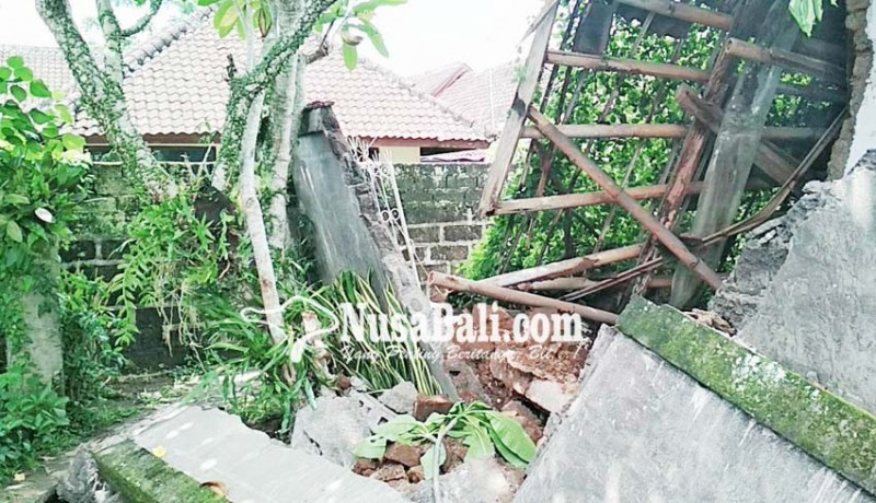 www.nusabali.com-rumah-kosong-ambruk-tembok-panyengker-jebol