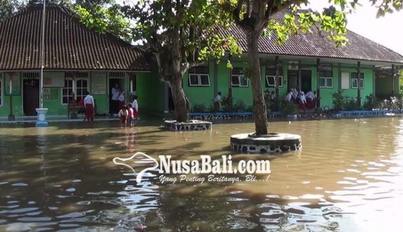 www.nusabali.com-rumah-dan-sekolah-di-pengambengan-kebanjiran
