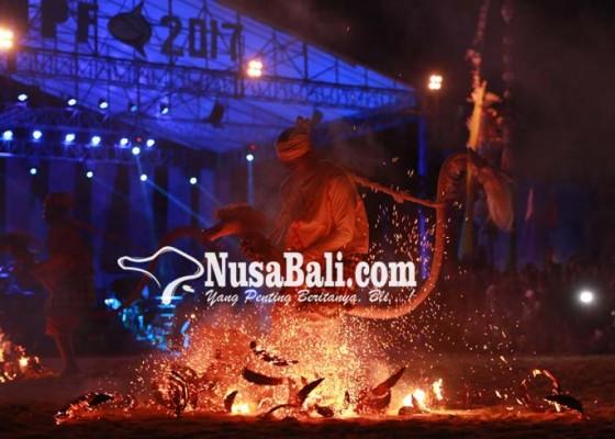Nusabali.com - dalam-kondisi-trance-penari-injak-injak-bara-api-tanpa-terluka