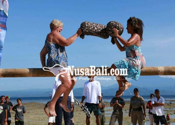 Nusabali.com - wisatawan-ikut-lomba-gebuk-bantal