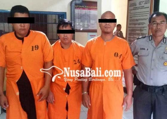 Nusabali.com - pungli-tiga-tukang-parkir-dijuk