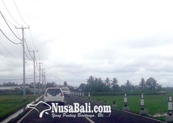 Nusabali.com - patok-pengaman-jalan-di-penarungan-banyak-rusak