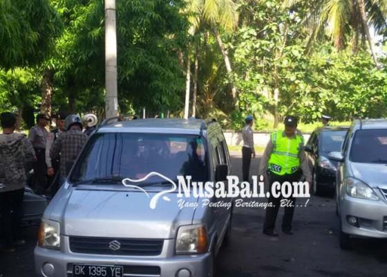 Nusabali.com - polisi-geledah-mobil-box