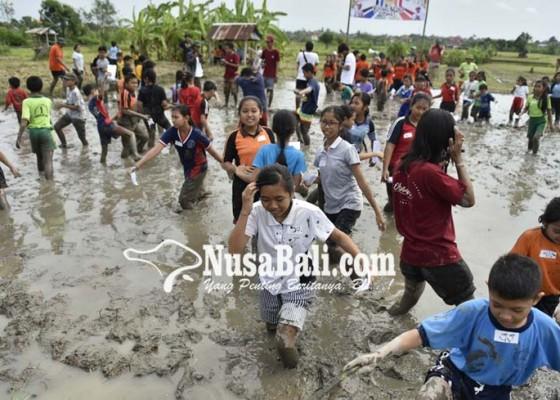 Nusabali.com - puluhan-siswa-menikmati-bermain-di-lumpur