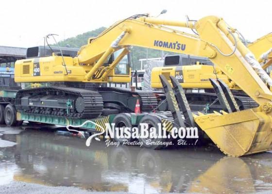 Nusabali.com - alat-berat-tabrak-atap-kapal