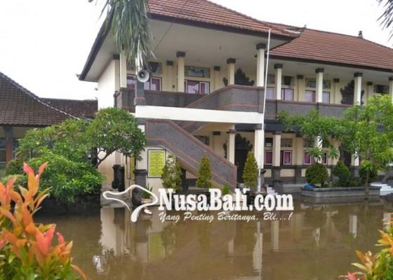 Nusabali.com - diguyur-hujan-halaman-sdn-13-sesetan-seperti-kolam