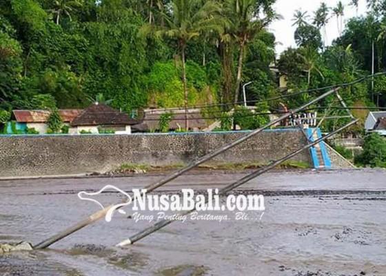 Nusabali.com - penyangga-kabel-telkom-tumbang