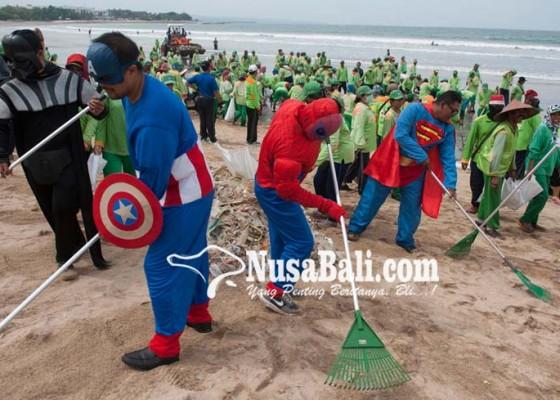 Nusabali.com - superhero-terjun-bersihkan-sampah-pantai-kuta