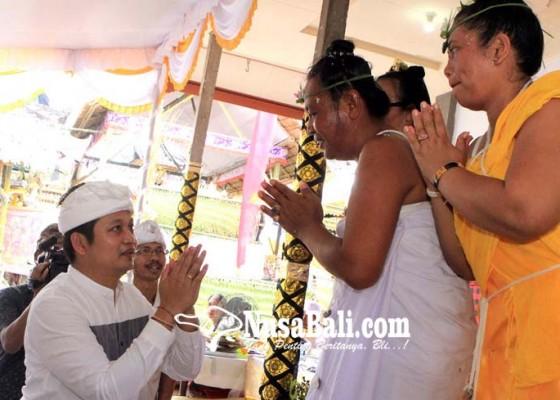 Nusabali.com - hadiri-upacara-padiksan-wabup-kembang-serahkan-siwakarana