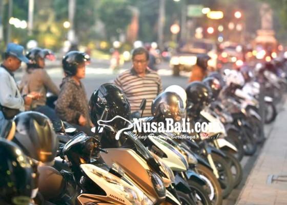 Nusabali.com - juru-parkir-tak-beri-karcis-terancam-pecat
