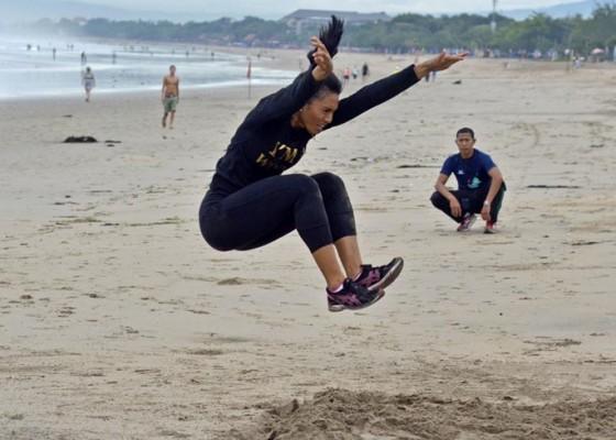 Nusabali.com - atlet-atletik-bali-latihan-di-pantai-legian