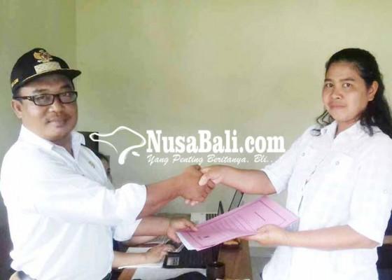 Nusabali.com - perbekel-duda-serahkan-4-sk-kelian-banjar-dinas