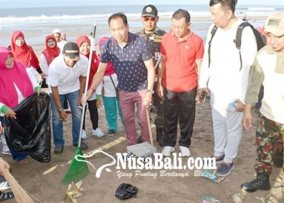 Nusabali.com - wabup-suiasa-bersama-ribuan-muslim-bersih-bersih-di-pantai-petitenget