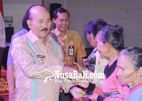 Nusabali.com - wabup-artha-dipa-serahkan-bansos-untuk-300-lansia
