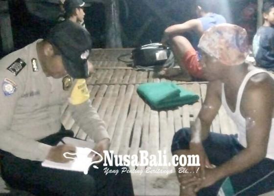 Nusabali.com - jukung-terbalik-diterjang-ombak-nelayan-selamat