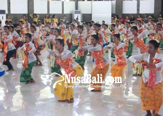 Nusabali.com - undiksha-pentaskan-tari-pendet-130-penari-tuna-rungu