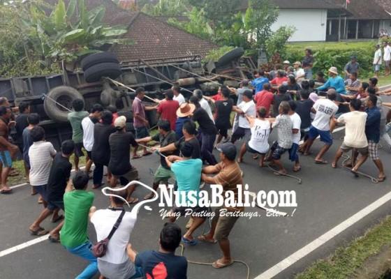 Nusabali.com - truk-terguling-nyaris-timpa-mess-dinas-perkebunan