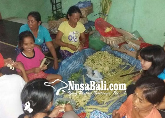 Nusabali.com - malam-siwaratri-pengungsi-sembahyang-di-padmasana