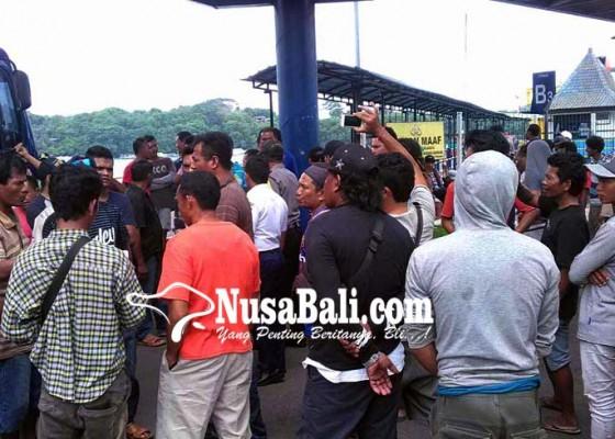 Nusabali.com - lama-antre-sopir-truk-protes
