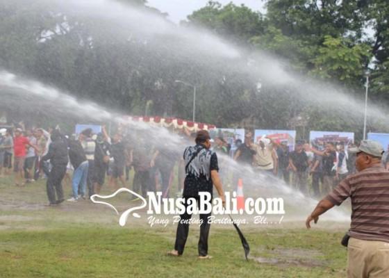 Nusabali.com - 1000-polisi-bubarkan-unjuk-rasa-anarkis
