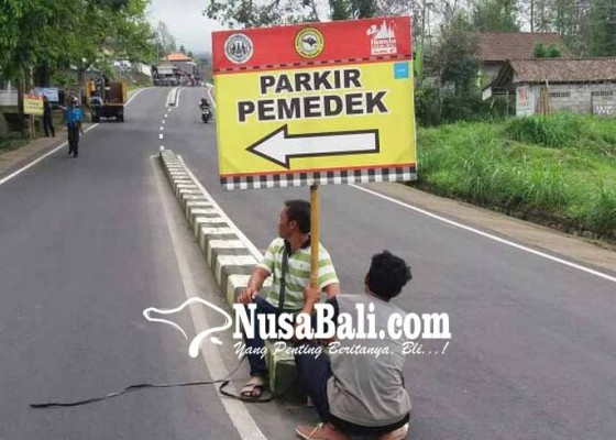 Nusabali.com - relawan-pasang-rambu-edukasi-di-pura-besakih