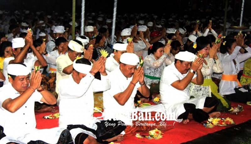 www.nusabali.com-siwaratri-ribuan-remaja-padati-pura-jagatnatha