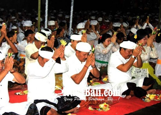 Nusabali.com - siwaratri-ribuan-remaja-padati-pura-jagatnatha