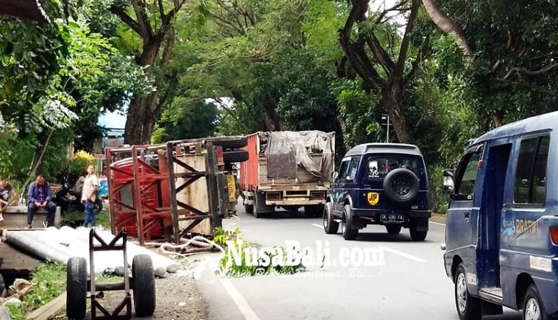 www.nusabali.com-gardan-patah-truk-angkut-tiang-listrik-terguling