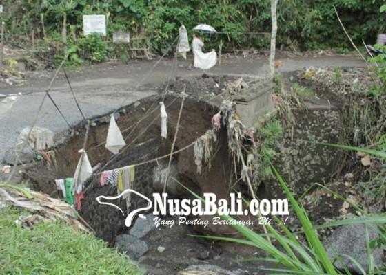 Nusabali.com - dihantam-air-bah-jalan-desa-besakih-jebol