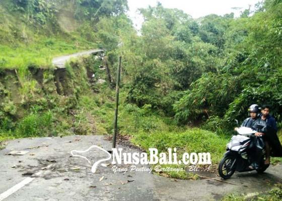 Nusabali.com - jalan-putus-warga-lewati-jalan-setapak