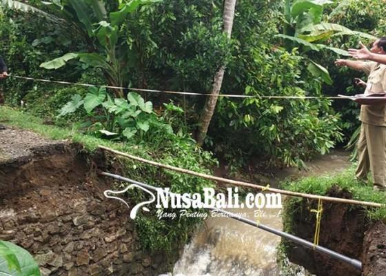 Nusabali.com - jembatan-roboh-1-luka-8-kk-terisolasi