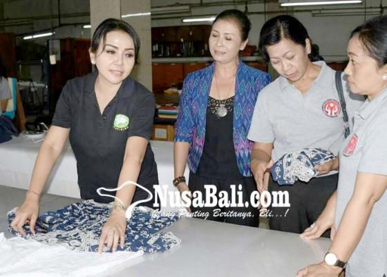 Ketua Dekranasda Ny Selly Dorong Perajin Promosi Produk di Rumah Belanja ad05698940