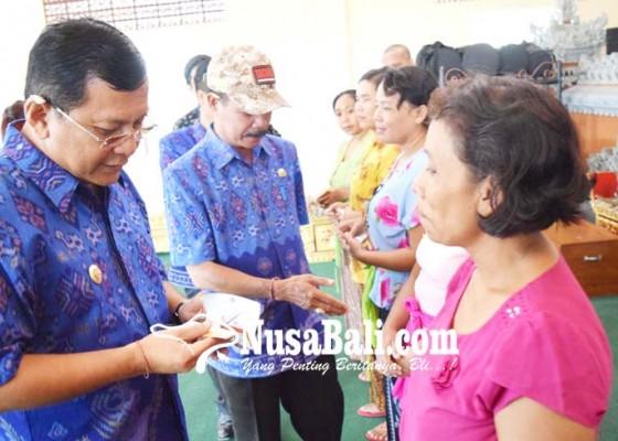 Nusabali.com - 1765-kepala-keluarga-dapat-bantuan-rp-33-miliar