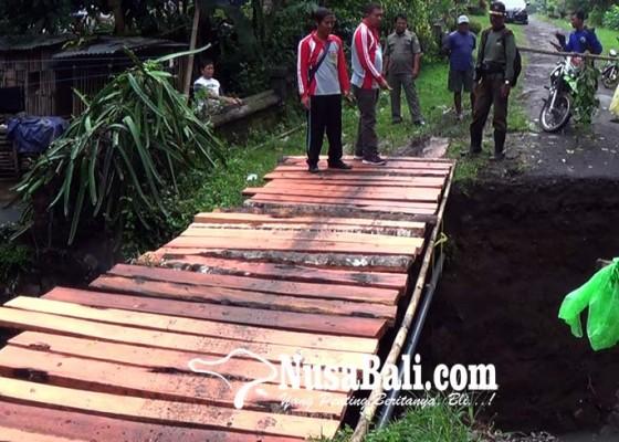 Nusabali.com - warga-ambyarsari-bangun-jembatan-darurat
