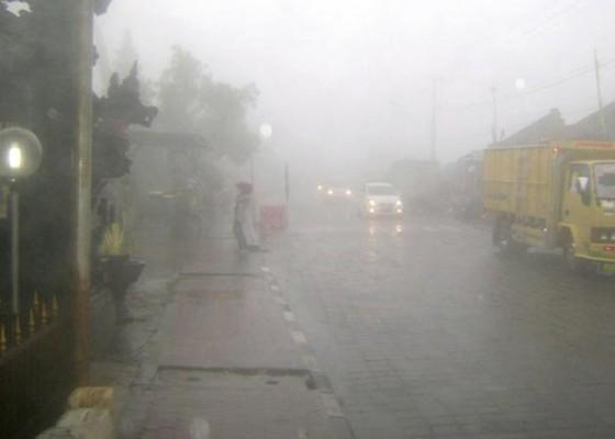 Nusabali.com - diselimuti-kabut-kendaraan-kintamani-singaraja-merayap