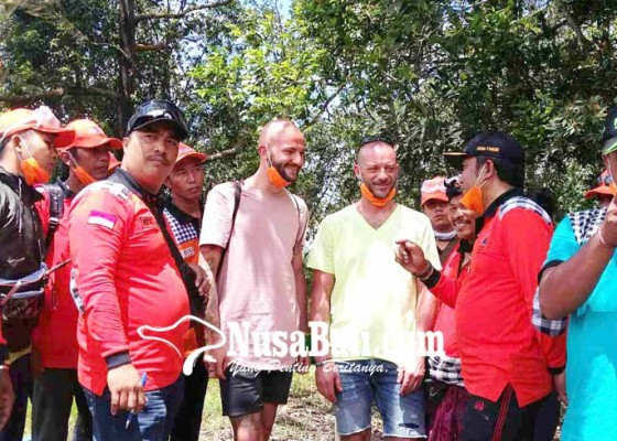 Nusabali.com - relawan-gagalkan-wisman-naik-gunung-agung