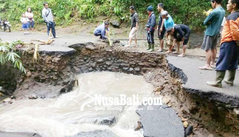 www.nusabali.com-kembali-tergerus-jembatan-padawa-nyaris-putus
