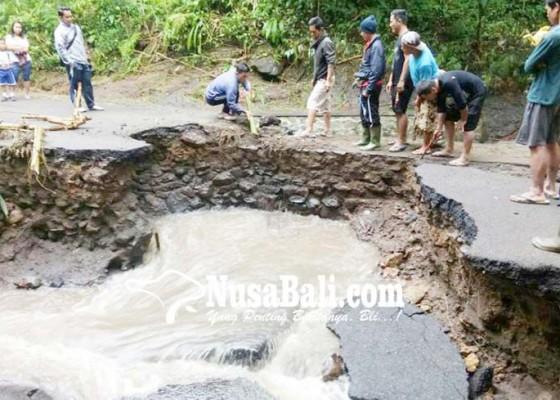 Nusabali.com - kembali-tergerus-jembatan-padawa-nyaris-putus