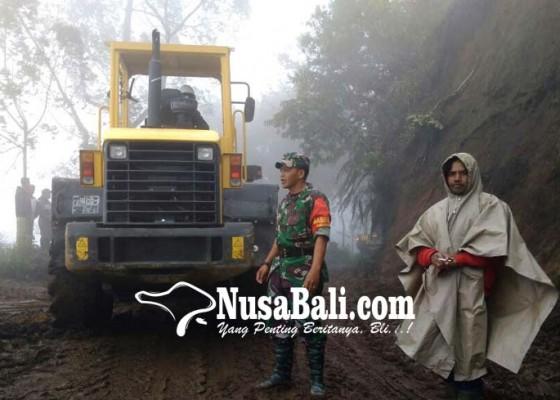 Nusabali.com - tebing-longsor-batu-besar-tutup-jalan