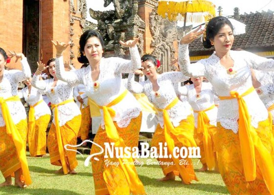 Nusabali.com - nyonya-sanjaya-ngayah-magambel-dan-menari