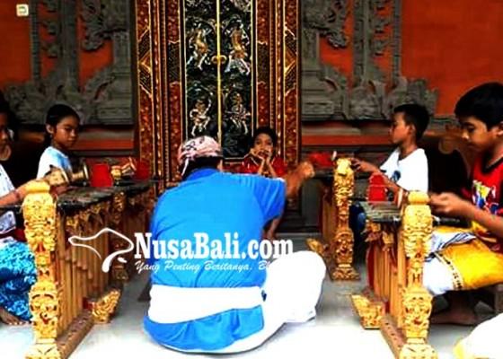 Nusabali.com - siswa-sd-antusias-belajar-gender-wayang
