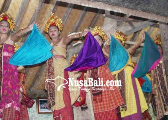 Nusabali.com - diguyur-hujan-pentas-tari-rejang-berpindah-tempat