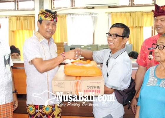 Nusabali.com - wabup-suiasa-serahkan-bantuan-kepada-korban-banjir-di-kelurahan-kerobokan