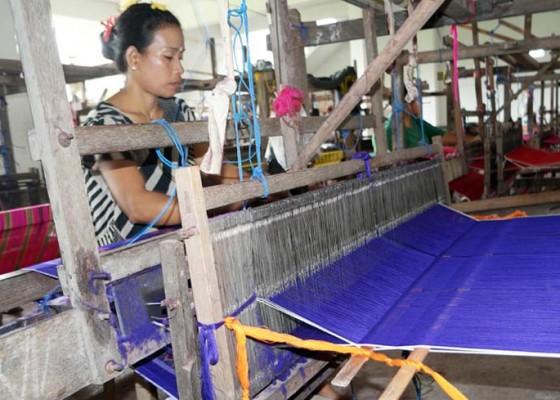 Nusabali.com - jelang-galungan-pasaran-kain-endek-lesu