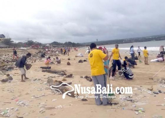 Nusabali.com - ratusan-orang-bersihkan-sampah-di-pantai-kedonganan
