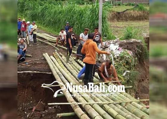 Nusabali.com - warga-buat-jembatan-darurat-dari-bambu