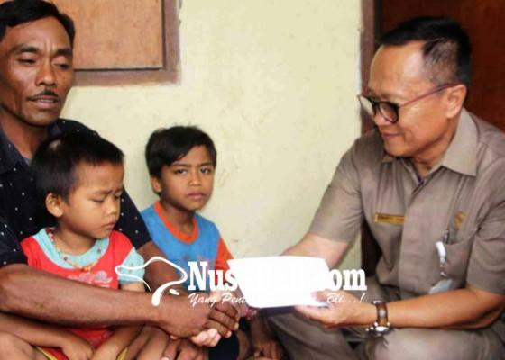 Nusabali.com - bupati-bantu-keluarga-korban-tertimpa-panyengker