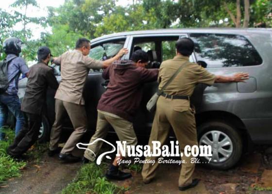 Nusabali.com - mobil-staf-ahli-terjebak-di-puncak-bukit